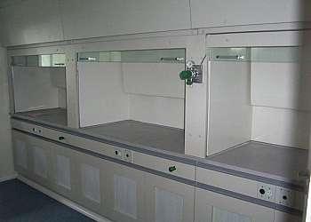 Capela de exaustão com lavador de gases